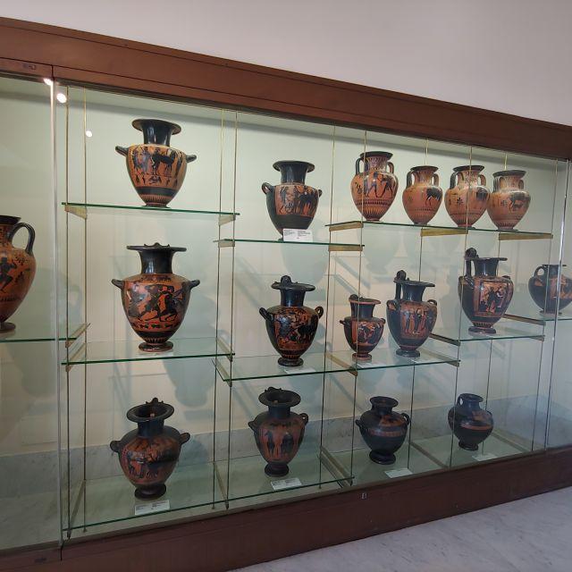Eine Museum widment sich den Etruskern und ihrer Kunstfertigkeit. Zu sehen sind mehrere bemalte Vasen aus etruskischer Zeit.