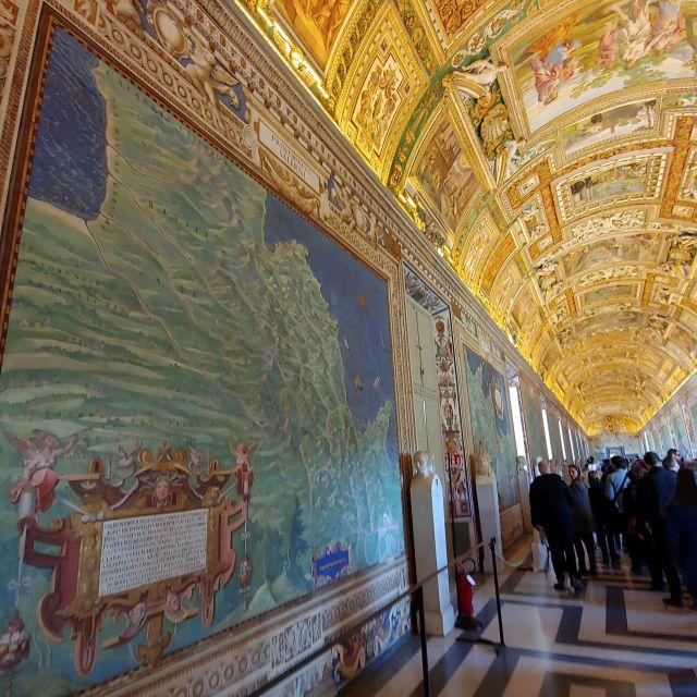 Besonderes Highlight sind die kartografischen Wandgemälde, die die einzelnen Regionen Italiens zeigen. Handgemalt unter vergoldeter Decke.