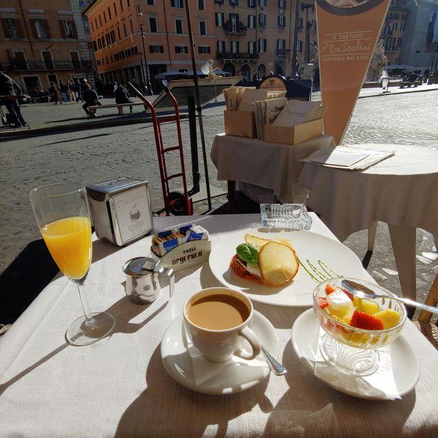 Frühstück auf der Piazza Navona. Kaffee, frisches Obst, Orangensaft und Omelette mit Tomatensoße.
