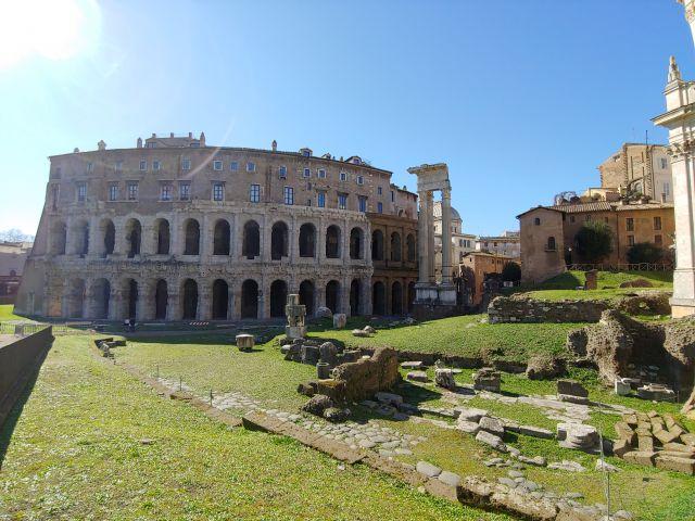 Das Theater des Marcellus. Rechts die Überreste des Apollo-Tempels. Parkanlage.