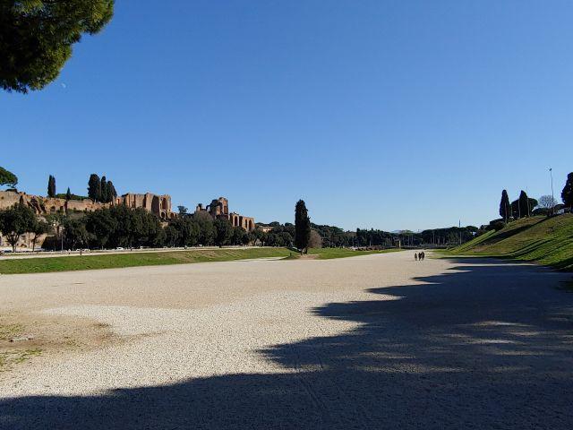 Der Circus Maximus, im Hintergrund die Domus Augustana auf dem Palatin. Rechts die aufgeschütteten Zuschauerränge. Der Circus ist heute eine öffentliche Parkanlage.