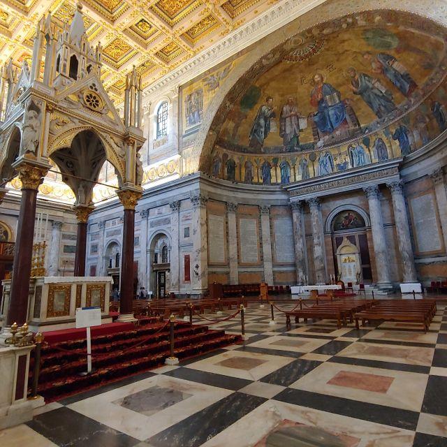 Der Altarbereich der Kirche. Vergoldetes Deckengemälde und neuzeitlicher Baldachin über dem Grab des Apostels.