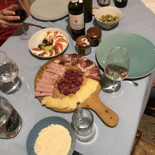 Vorspeisenplatte auf dem Tisch in Italien.