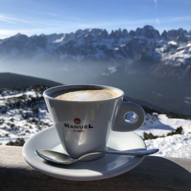 Cappuccino mit Bergpanorama
