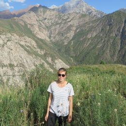 Kirgistan im Sommer, Berge, Blumenwiese