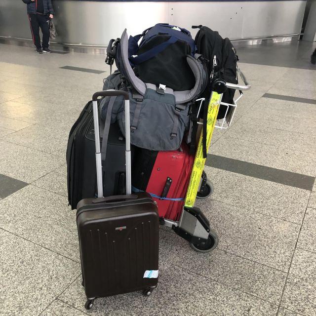 Unser gesamtes Gepäck auf dem Gepäckwagen am Flughafen.