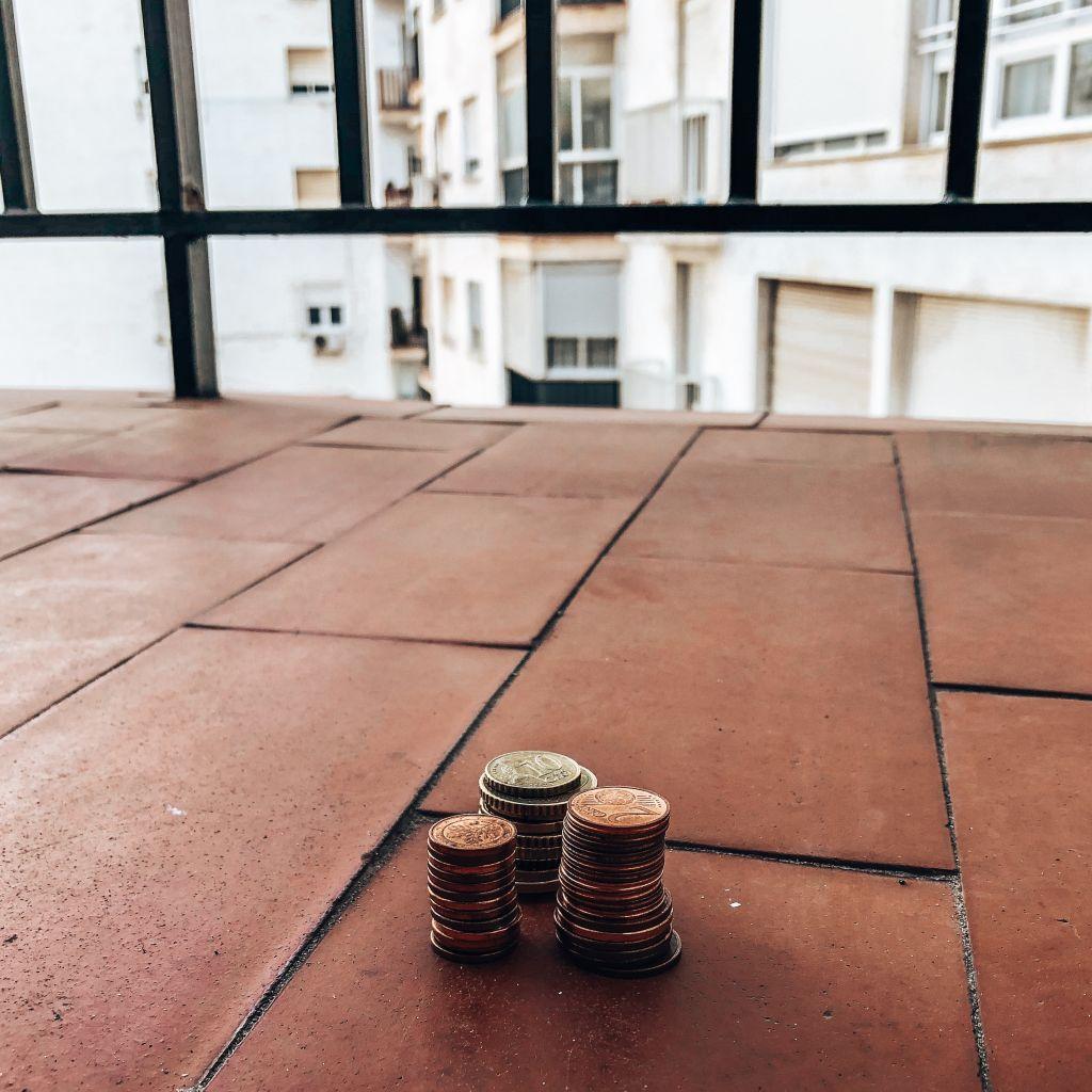 Münzen auf Balkon
