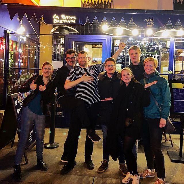 Student Simon mit ein paar Freundinnen und Freunden vor einer Bar in Paris.