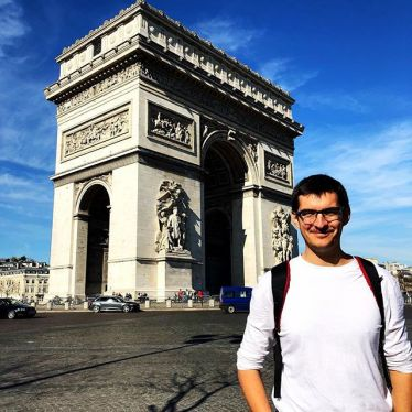 Student Simon vor einem Triumphbogen.