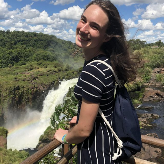 Studentin Jana vor den Wasserfällen.