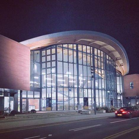 Unigebäude in England bei Nacht.
