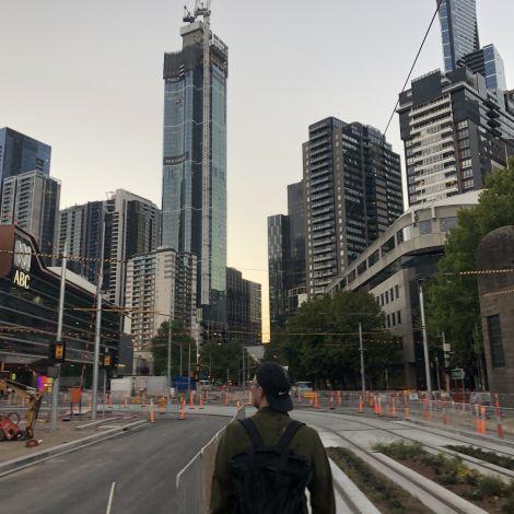 Philipp auf einer Straße in Melbourne.