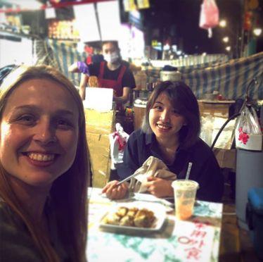 Studentin Corinna und ihr Buddy beim Essen in Taipeh.