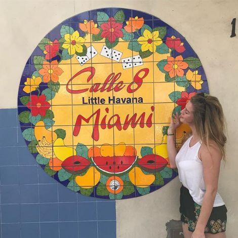 Studentin Leonie posiert vor bunten Fliesen an einer Wand in Little Havanna in Miami.