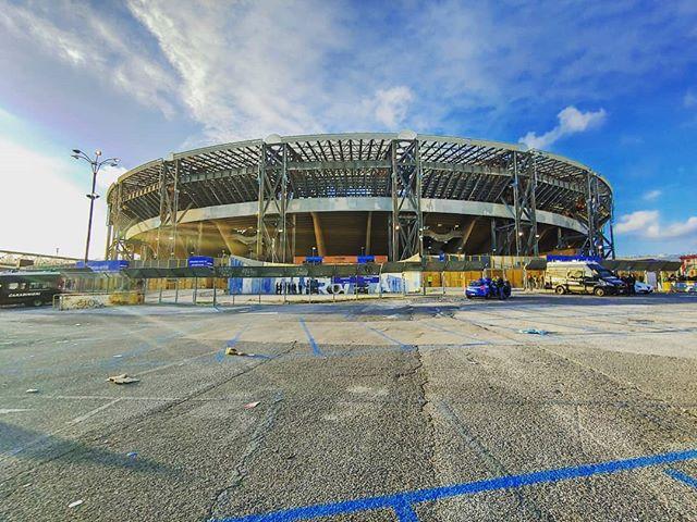 Blick auf ein Fußballstadion in Italien.