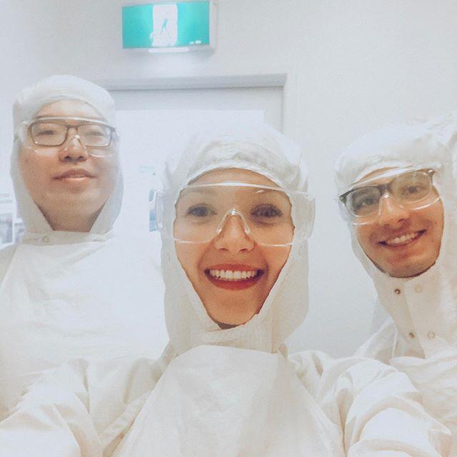 Selfie von Studentin Lena und zwei anderen Studenten in voller Labormontur.