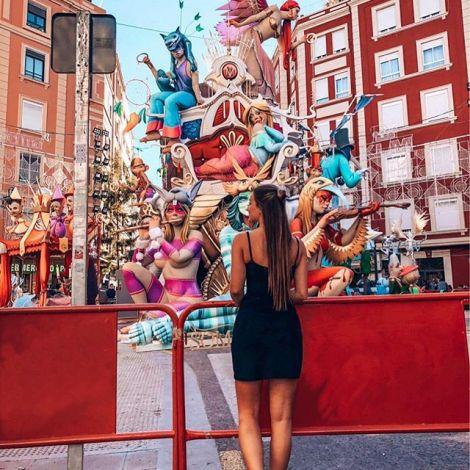 Studentin Tamara vor einer der bunten Holzfiguren des Fallas-Festes in Valencia.