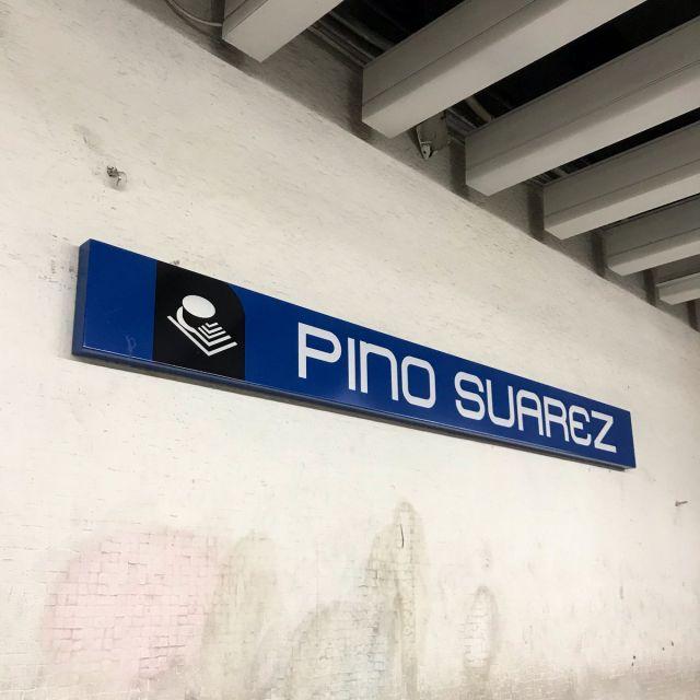 Schild zur Metrostation Pino Suárez mit einer kleinen Zeichnung