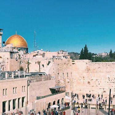 Klagemauer in Jerusalem bei blauem Himmel.