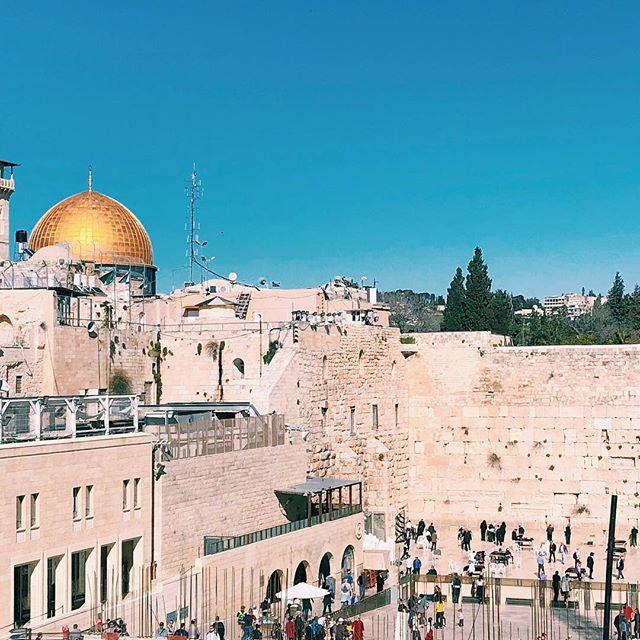 Blick auf die Klagemauer mit vielen Menschen und die goldene Kuppeln