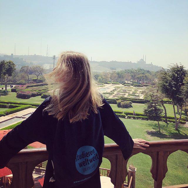 Studentin Inga trägt einen studieren-weltweit-Beutel auf dem rücken. Sie steht auf einer Aussichtsplattform und schaut auf Kairo.