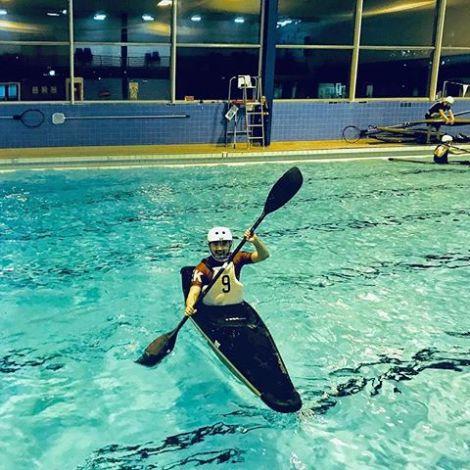 Student Yanchen in einem Kanu in einem Schwimmbad.