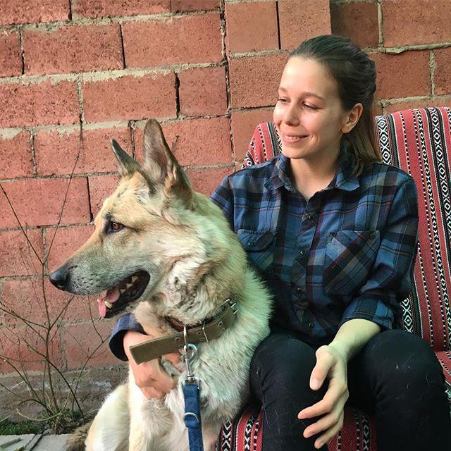 Studentin Linda und ein Hund.