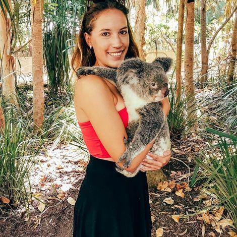 Studentin Larissa trägt einen Koala auf dem Arm.