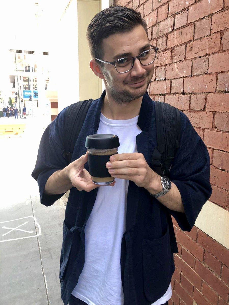 Student Philipp mit einem Kaffee zum Mitnehmen