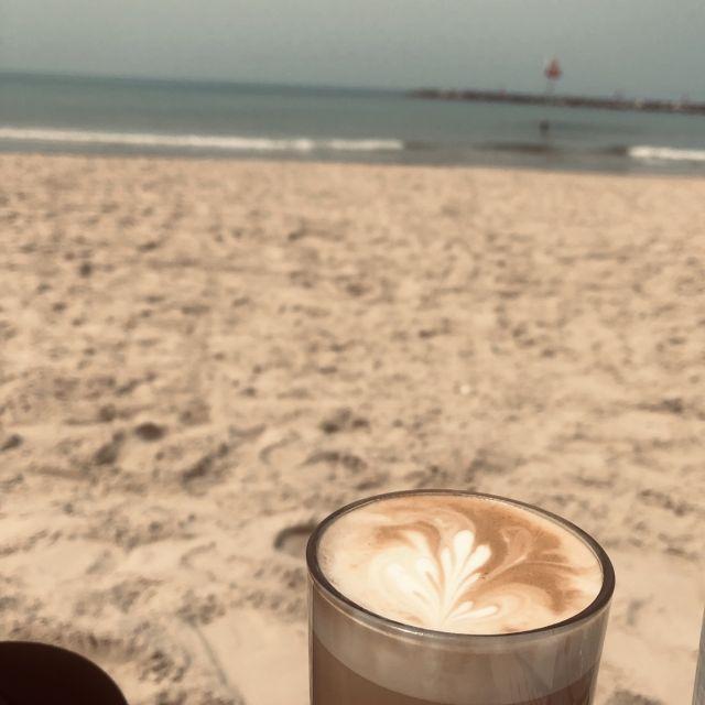 Cappuccino am Strand von Tel Aviv