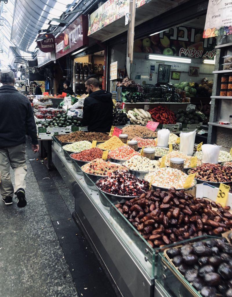 Ein Stand mit Lebensmitteln auf dem Mechane Yehuda, dem Markt in Jerusalem