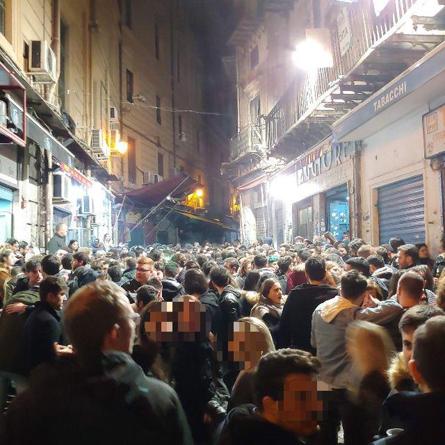 Die volle Kneipenstraße Vucciria in der Nacht auf Donnerstag in Palermo