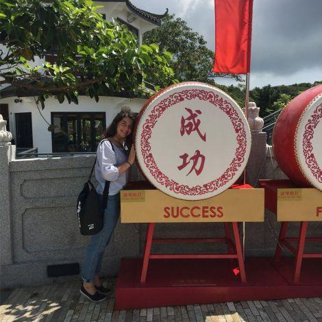 Studentin Dilara posiert in Hongkong.