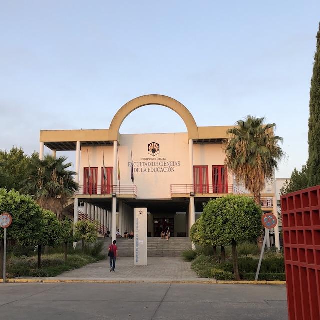 Blick auf den Eingang meiner Fakultät