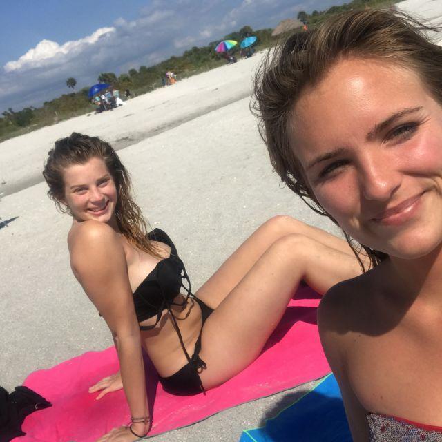 Zwei junge Frauen am Strand auf Sanibel Island