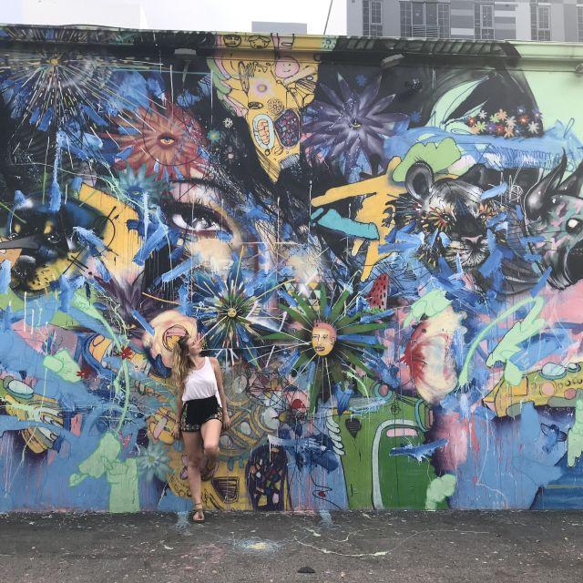Studentin Leonie posiert vor bunter Street Art im Wynwood Art District