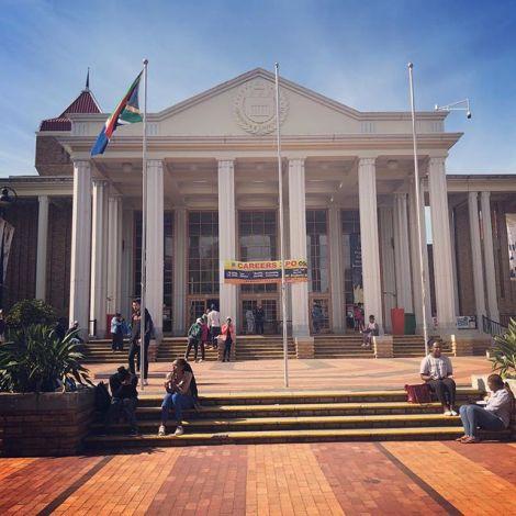 Das ist der Haupteingang der University of The Western Cape. Die Uni ist nur…