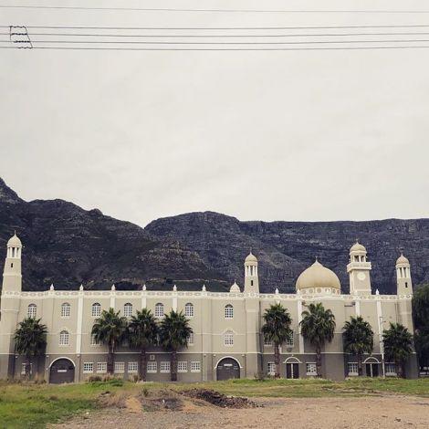 Der Tafelberg ist ja das Wahrzeichen Kapstadts, deshalb stehen die Moscheen…