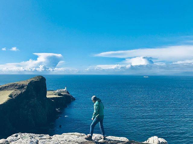 Stand am Rand des Abgrunds, schaute auf das Meer 🌊 und einen der schönsten…