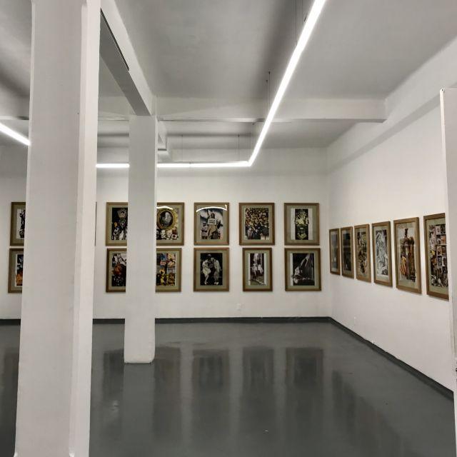 Ausstellungsraum mit Kunst von Josep Renau