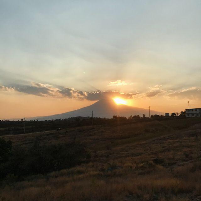 Untergehende Sonne hinter dem Vulkan Popocatépetl
