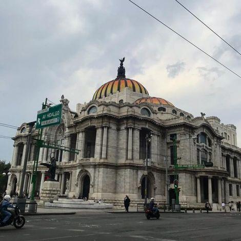 Himmel ist grau (weil Regenzeit), Bellas Artes ist trotzdem schön (weil halt).…