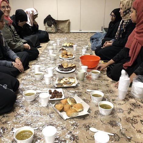 Gemeinsames Fastenbrechen im Madina Institut. Gemeinsam Speisen spielt eine…
