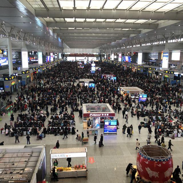 Wartehalle eines chinesischen Bahnhofs