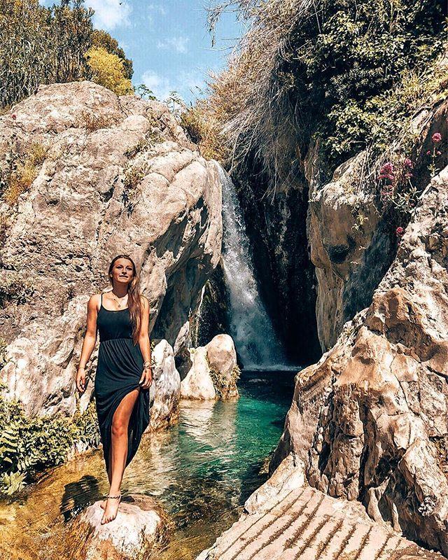 Mit dem Auto lassen sich Wasserfälle gut jagen 💧 🚗💨 Das Wasser war…