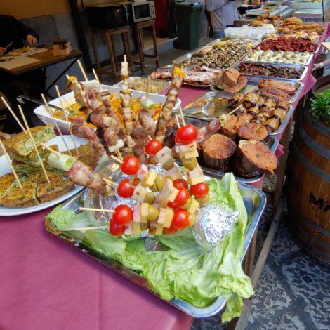 Eine Auswahl an Essen, angeboten auf dem Capo-Markt in Palermo.