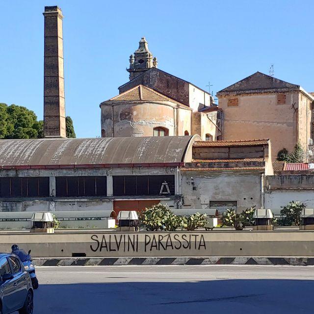 """""""Salvini Parassita"""" - Ein Slogan, der an vielen Häusern Palermos steht."""
