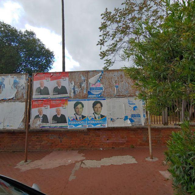Wahlplakate finden sich nur vereinzelt an solchen Plakatwänden.