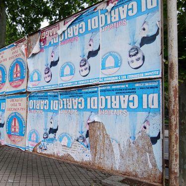 Falsch herum aufgehängte Wahlplakate in Palermo. Absicht?