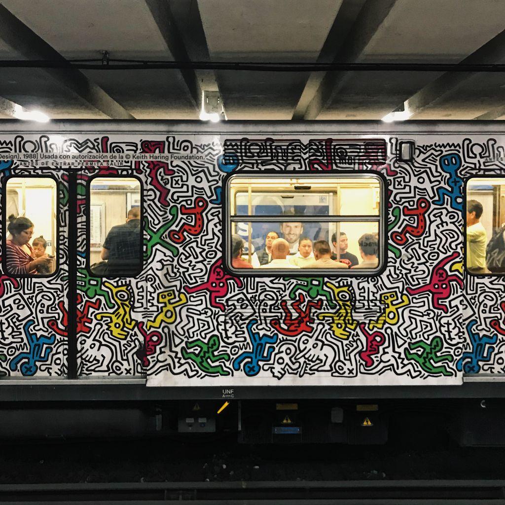 Von Keith Haring angemalte Metro